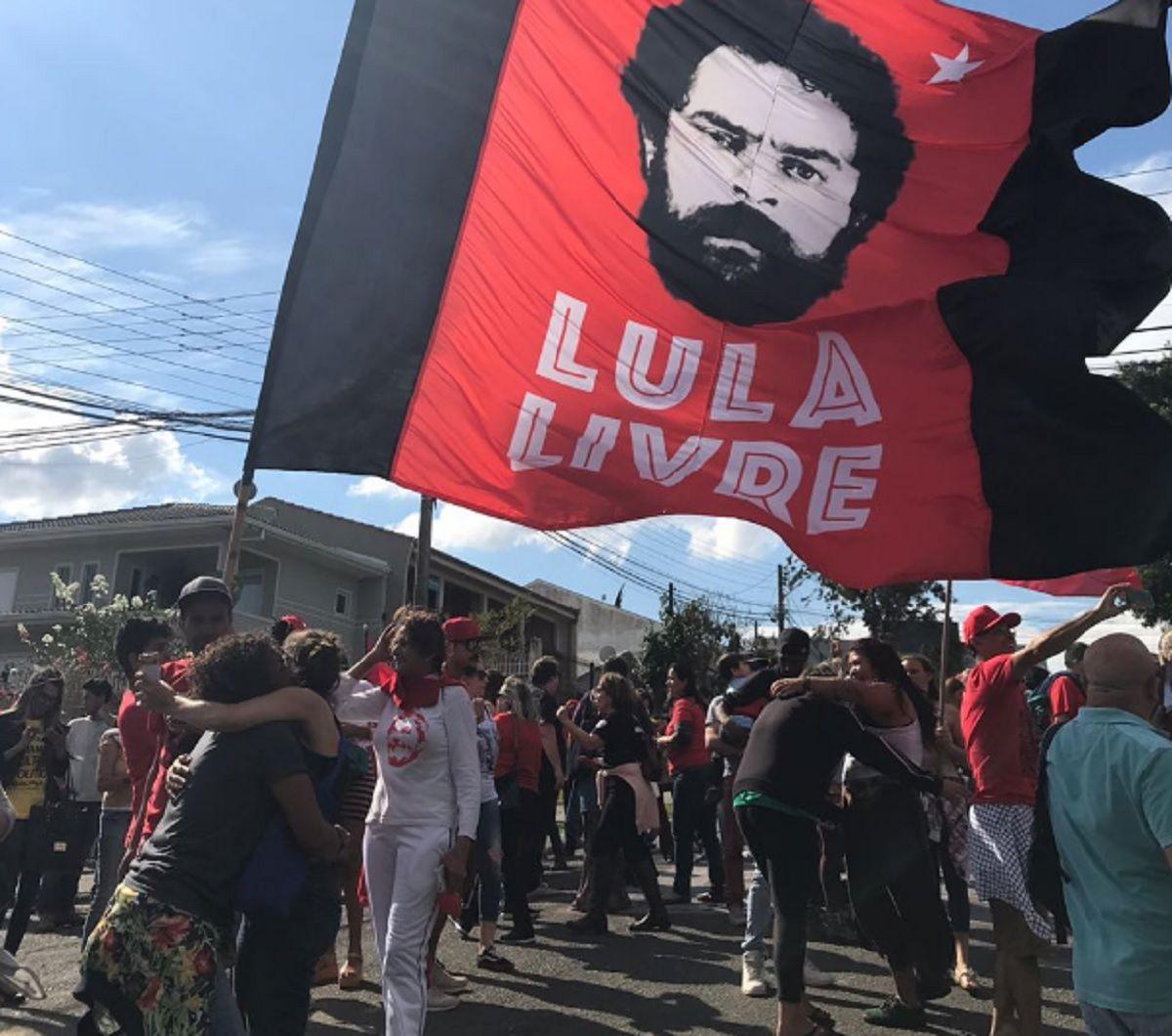 Manifestantes en la puerta de la cárcel de Curitiba.