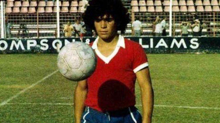 Diego Armando Maradona con la camiseta de Argentinos Juniors