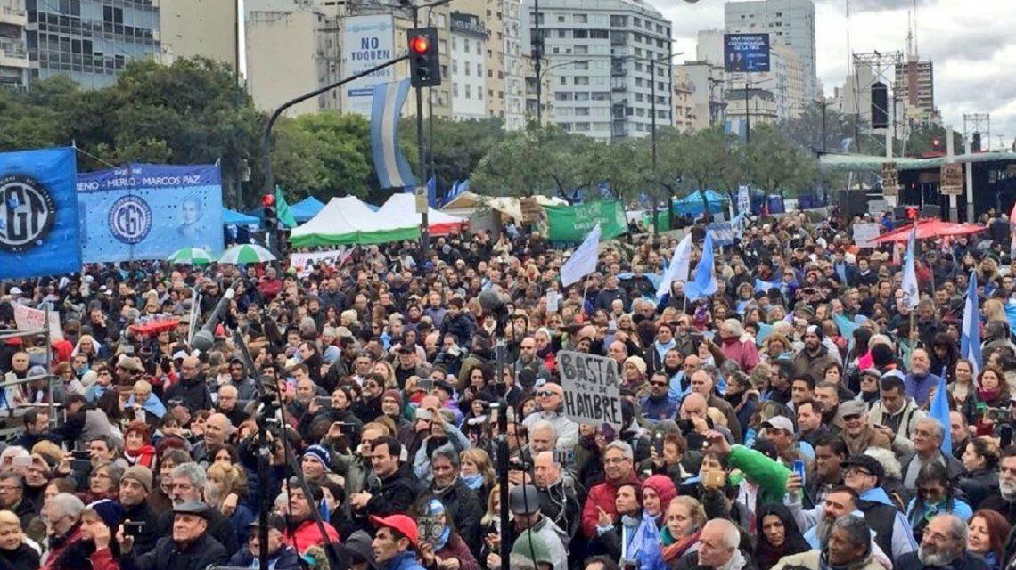 Masiva marcha en el Obelisco contra las políticas del Gobierno