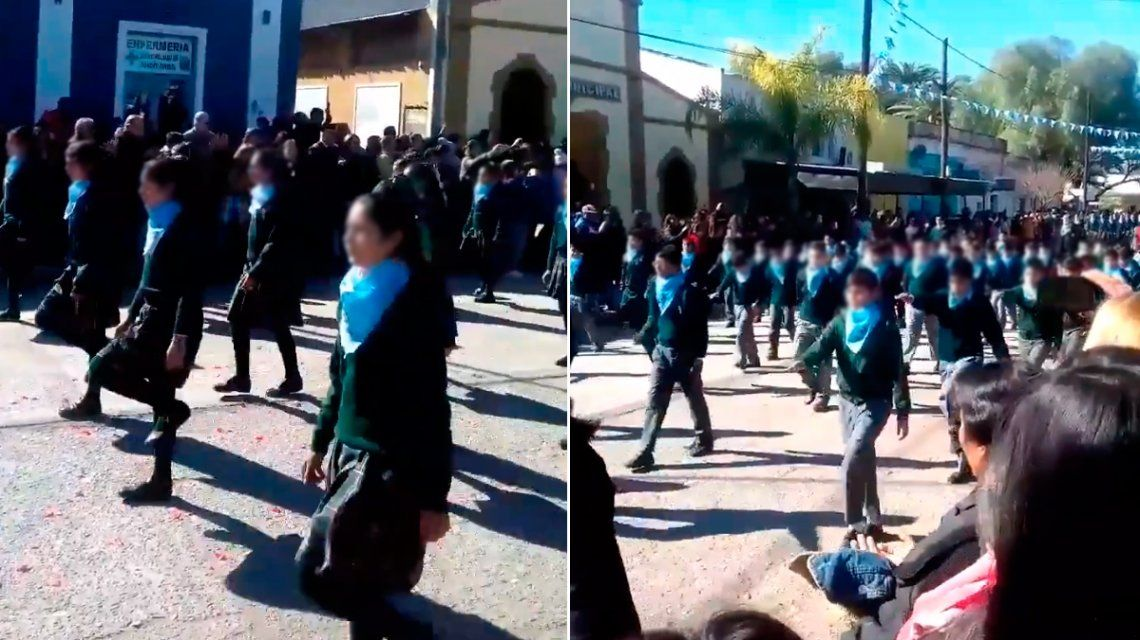 Marcha de alumnos con el pañuelo celeste