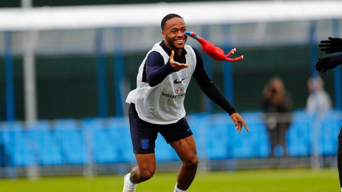 La Selección de Inglaterra se prepara para la semifinal ¡con gallinas de goma!