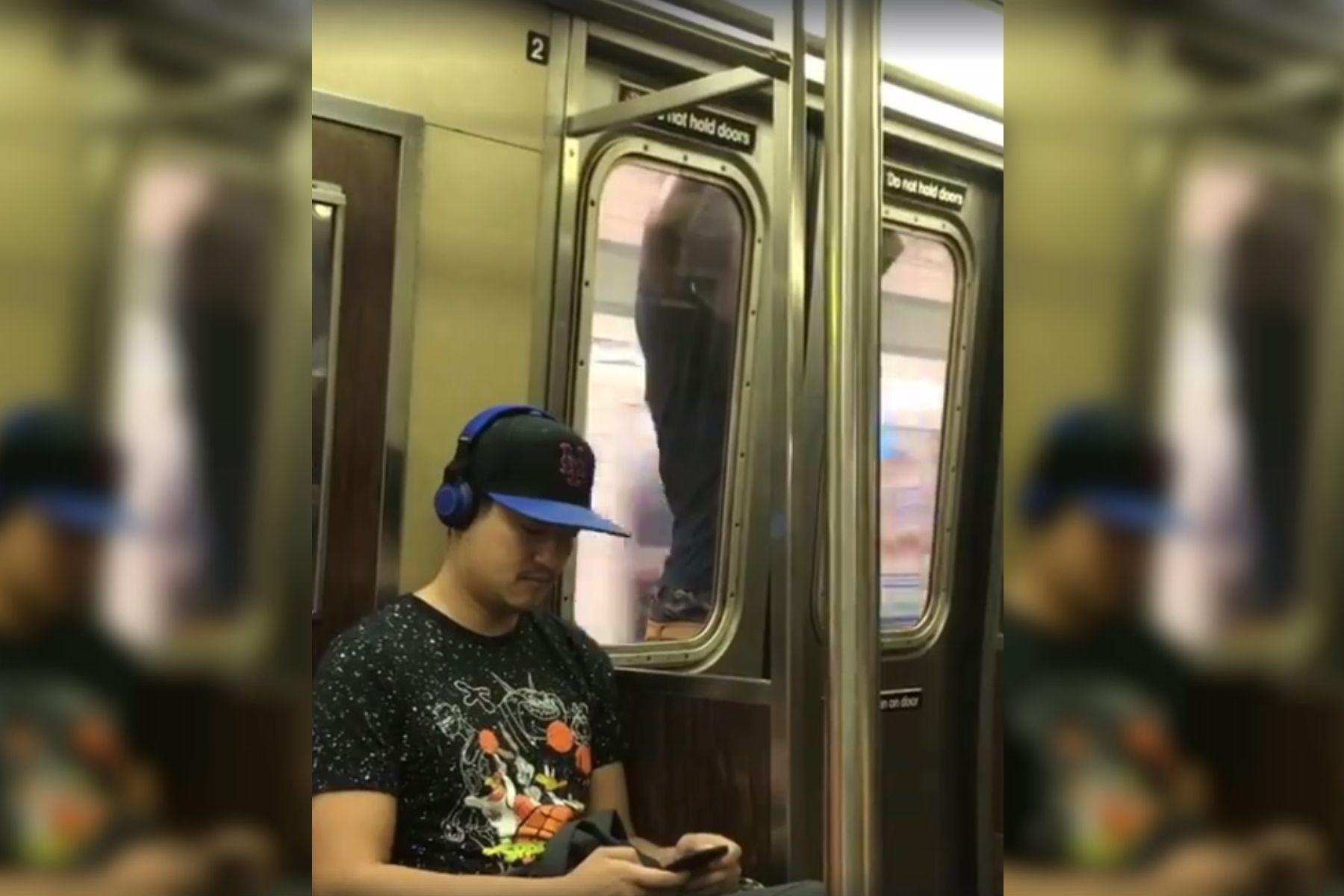 ¿Qué hace? Estupor ante un usuario que viaja colgado de la puerta del subte