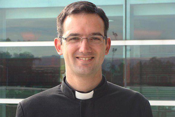 Gustavo Lombardo, cura de la escuela que llevó a los chicos a marchar con el pañuelo celeste