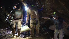 Los 12 chicos y su instructor fueron rescatados con éxito