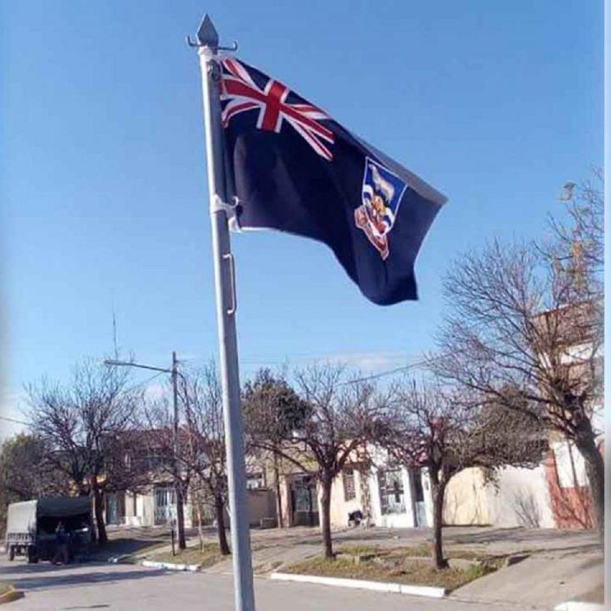La bandera que flameaba en el acto por el Dïa de la Independencia