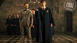 Un joven Albus Dumbledore (Jude Law) es el mentor deNewt Scamander (Joshua Shea) en Hogwarts