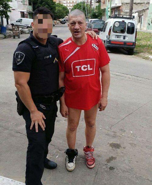 Pity Álvarez en Villa Lugano con un policía <br>