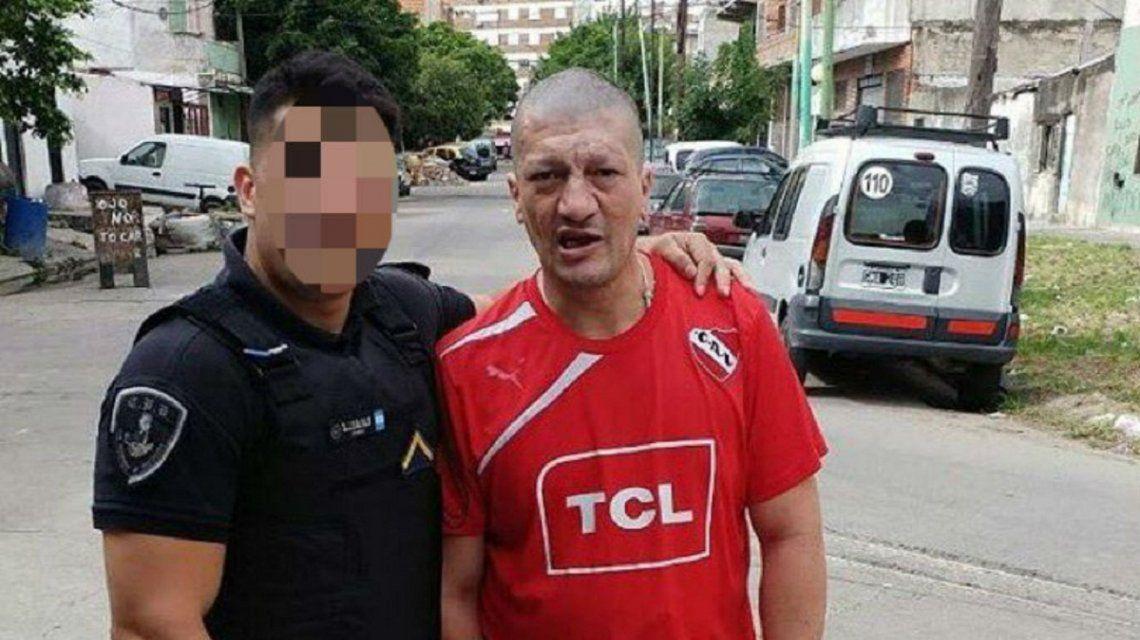 Pity Álvarez en Villa Lugano con un policía