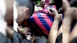 Los muchachos se despidieron de su amigo en la cancha, con emoción