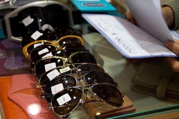 Los anteojos de sol truchos se venden por alrededor de $ 100<br>