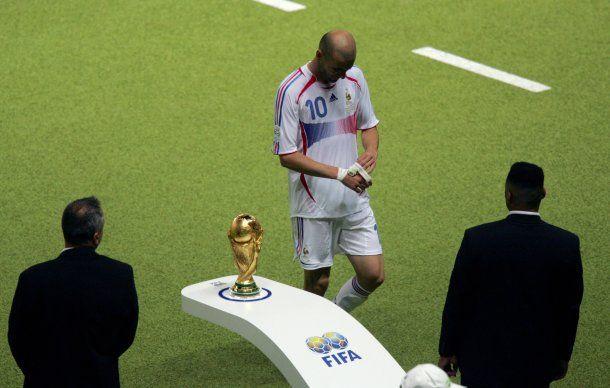 Zinedine Zidane se va del Mundial 2006 y del fútbol<br>
