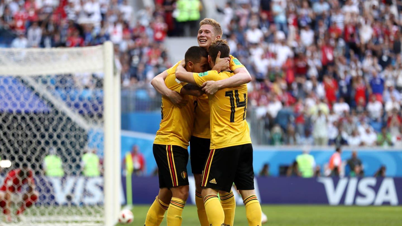 Eden Hazard festeja el segundo gol a la par de los que compraron televisores en Krëfel