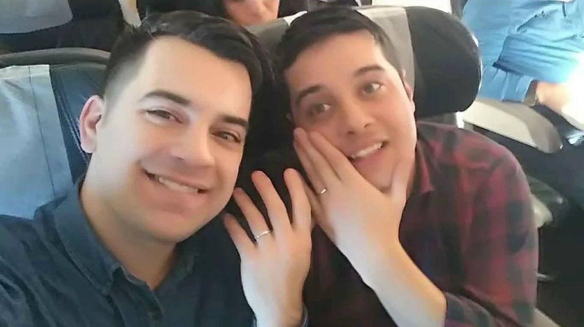 Gabriel leyó una emotiva carta para Carlos y le pidió casamiento en pleno vuelo a Salta