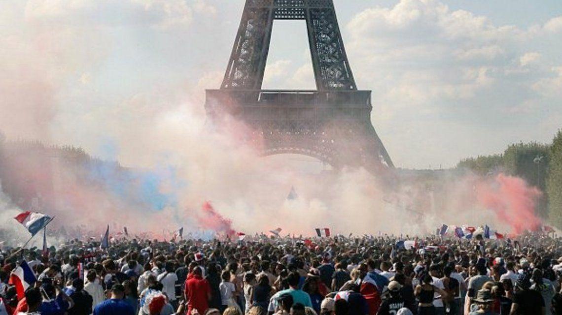 Delirio, euforia y fuegos artificiales: los festejos por la Copa del Mundo en París