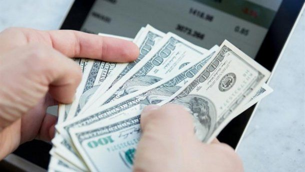 El dólar opera casi estable este lunes a $ 27,96.