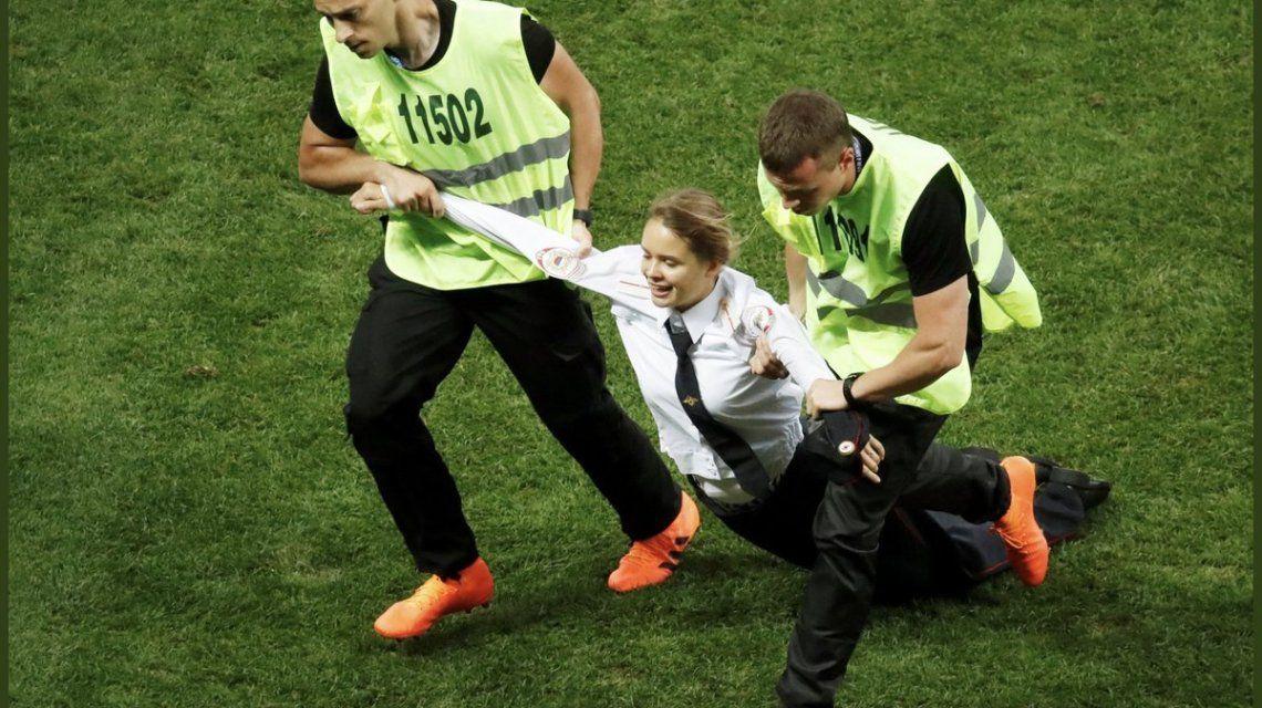El colectivo Pussy Riot intervino en la final del Mundial - Crédito: @pussyrrriot