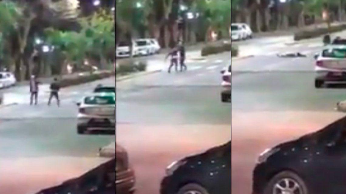 Brutal pelea en La Plata: le partió una baldosa en la cabeza y quedó grabado por las cámaras