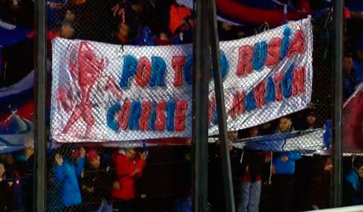 Volvió el fútbol argentino: la polémica bandera de los hinchas de San Lorenzo contra los de Huracán