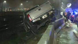 Impresionante choque en Lugones y Pampa: una camioneta terminó sobre las vías del tren
