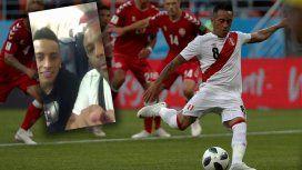Nunca visto: un hincha humilló a un jugador de la Selección de Perú en pleno vuelo