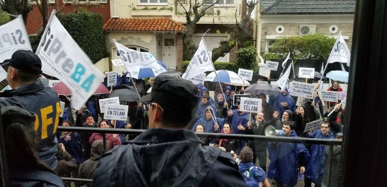 Protestas por los despidos en Télam en la Quinta de Olivos - Crédito: @visionpaisarg