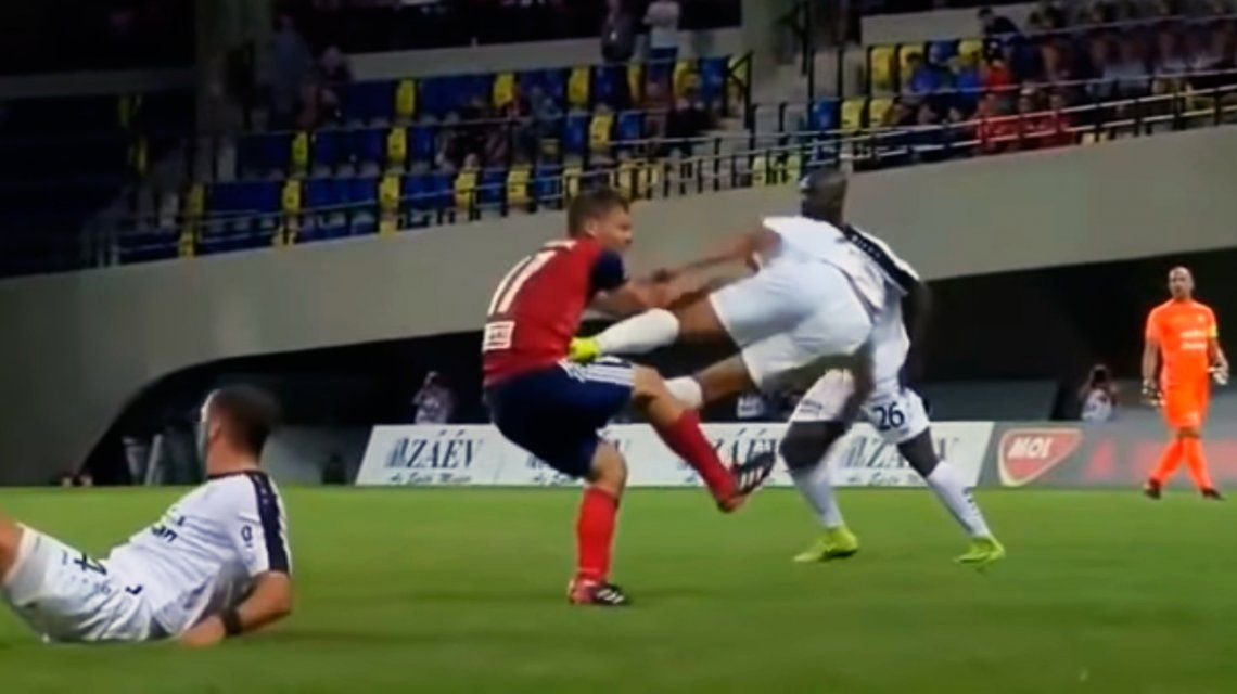 ¿Fútbol o karate? Brutal patada en la fase previa de la Champions League