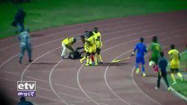VIDEO: El árbitro cobró un gol fantasma y casi lo mata todo un equipo
