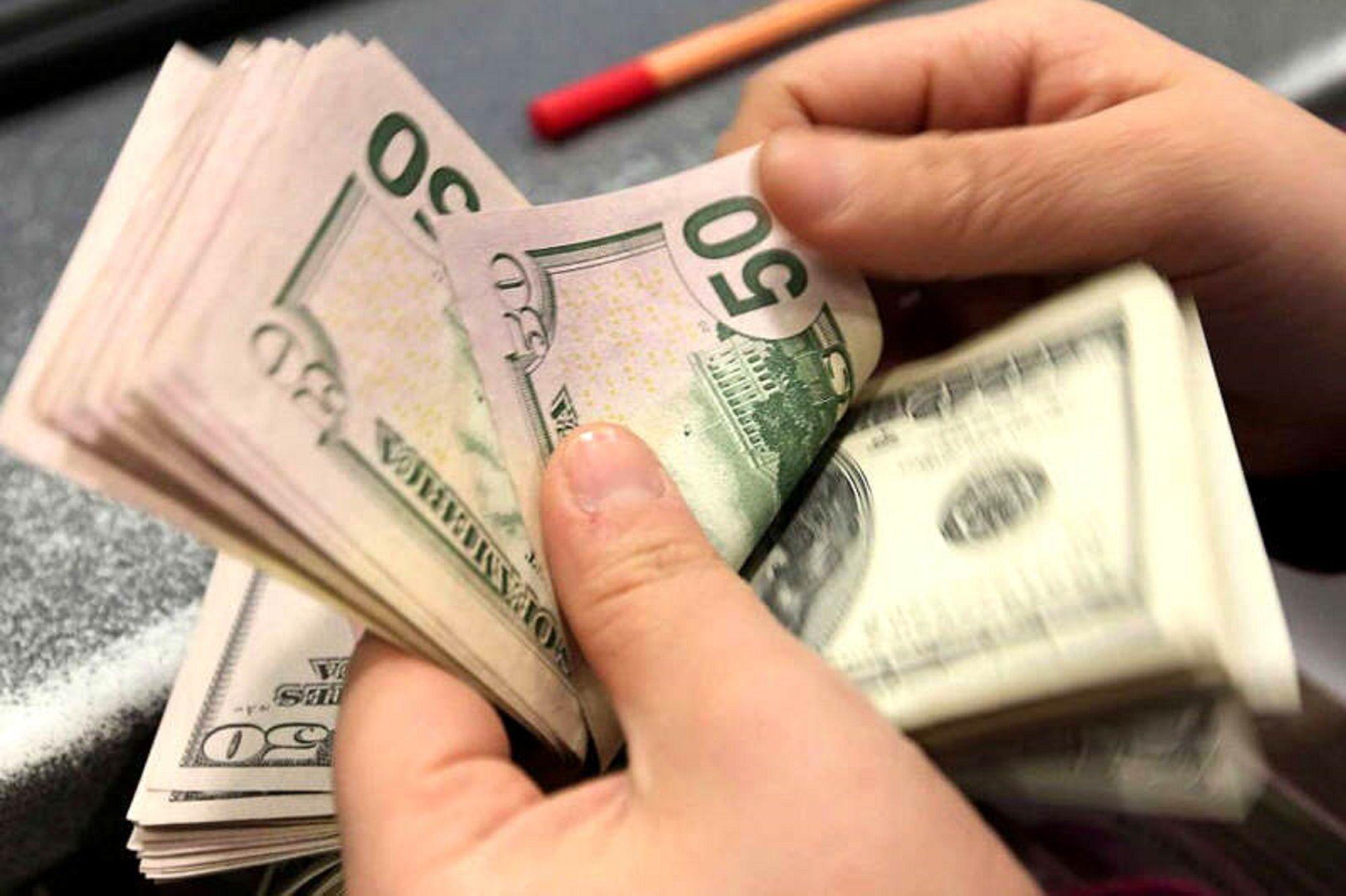El dólar sufrió otra fuerte baja y cerró la semana a $28,02