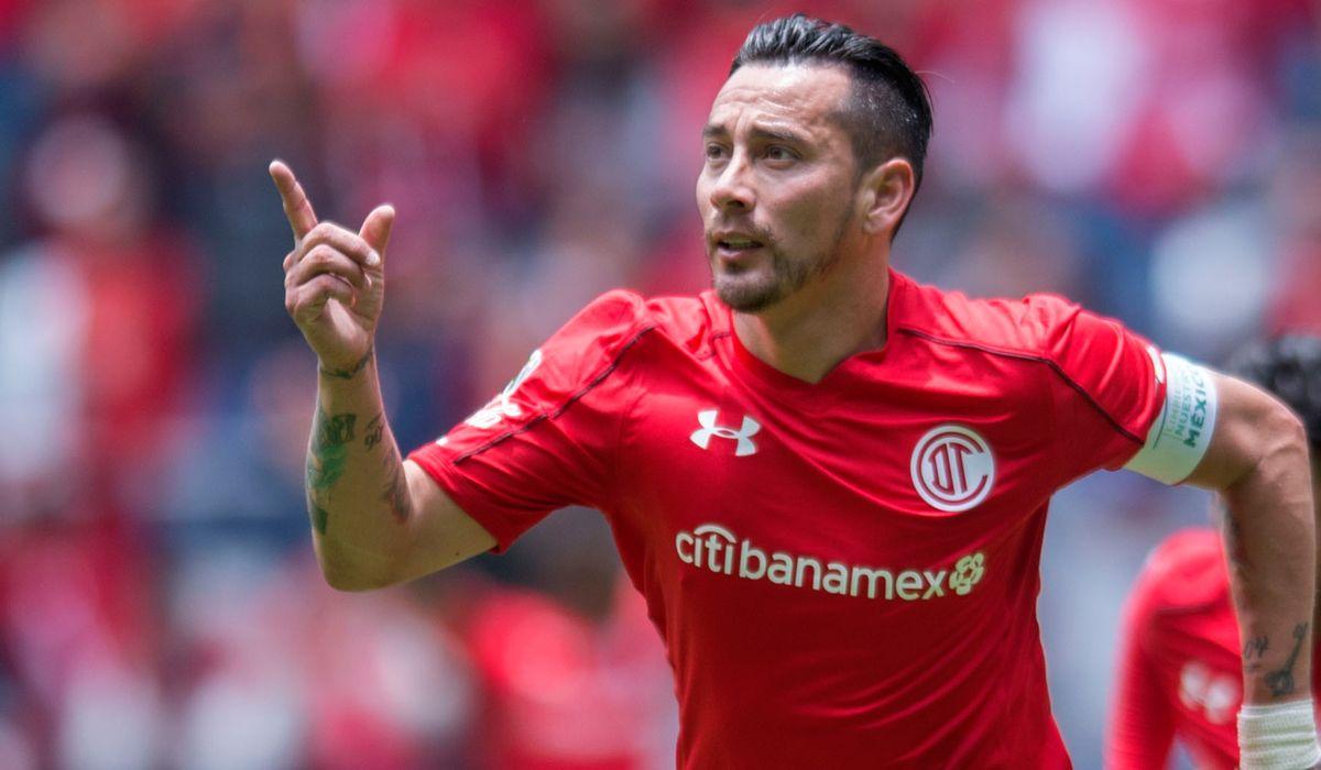 Mientras todos festejaban un gol anulado, Rubens Sambueza convirtió un tanto insólito en México