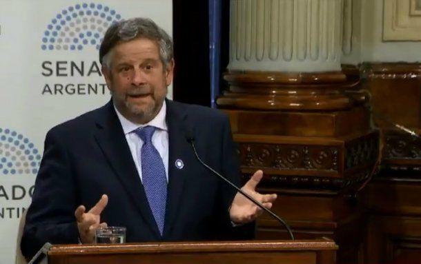 <p>El ministro Rubinstein expuso sobre la reducción de costos que implica la legalización del aborto</p>
