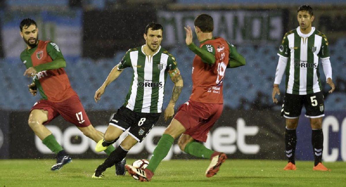 Nicolás Bertolo domina la pelota bajo un temporal
