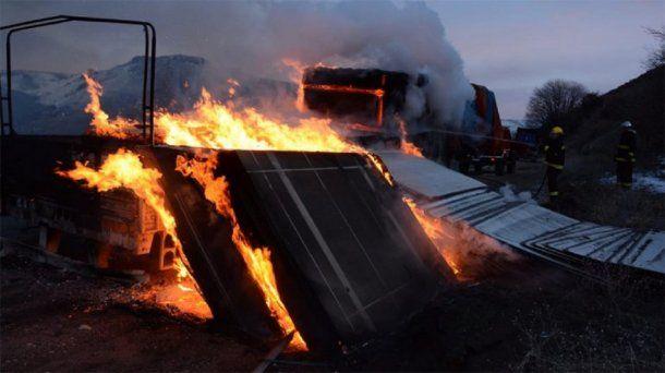 Se le incendió la carga del camión en San Martín de los Andes - Crédito: lmneuquen/Rodolfo Ramírez