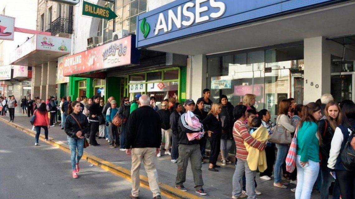 El Gobierno cambió el régimen de asignaciones familiares y sacó beneficios a la Patagonia y al Norte