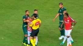 La insólita expulsión de DAlessandro en Brasil: ¡cabeceó al árbitro!