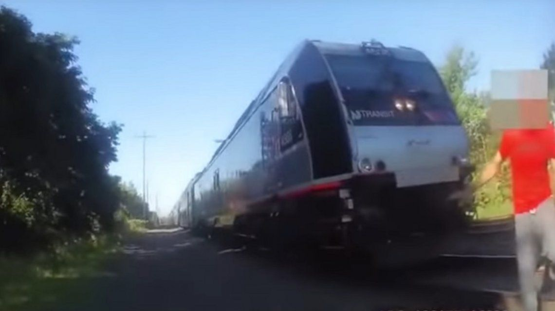 Salvó a un hombre de ser atropellado por un tren