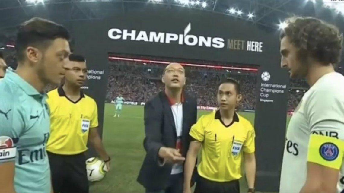 La tarjeta en el aire para decidir qué arco le tocaba al PSG y al Arsenal