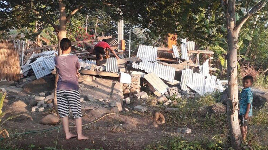 Un fuerte terremoto dejó al menos 13 muertos y cientos de heridos en Indonesia
