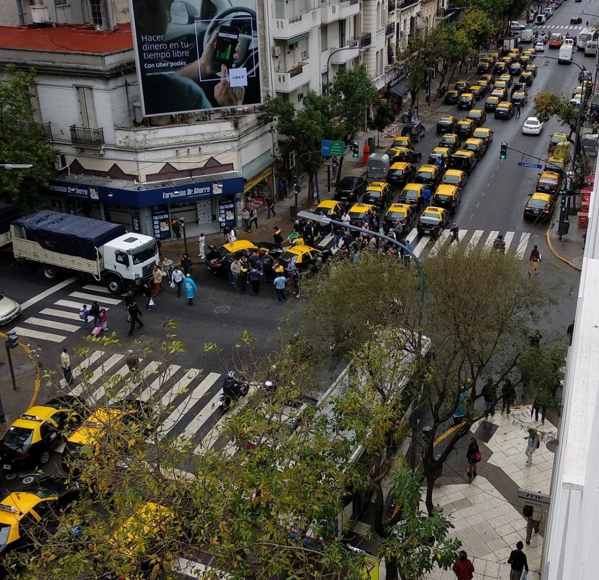 Taxistas cortarán Corrientes y Callao en protesta contra Uber