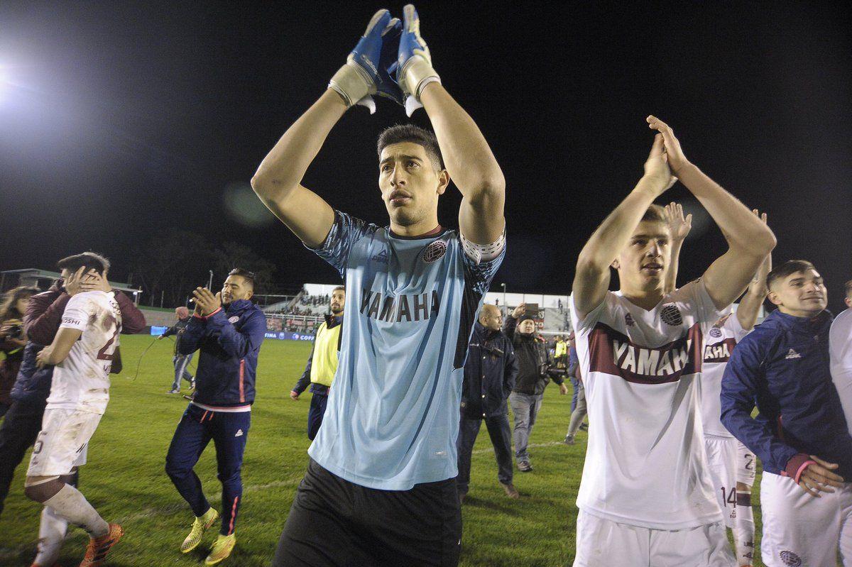 Esteban Andrada saluda a la hinchada de Lanús tras la victoria ante Douglas Haig