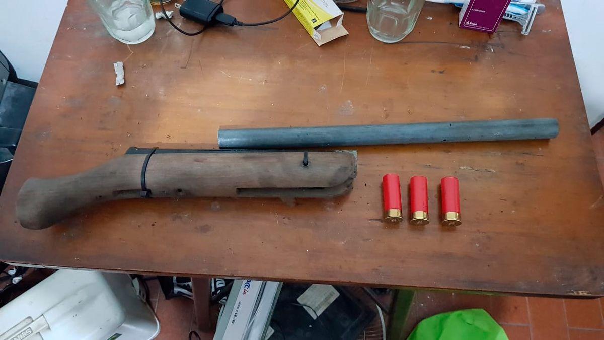 Entre las armas encontadas había una tumbera