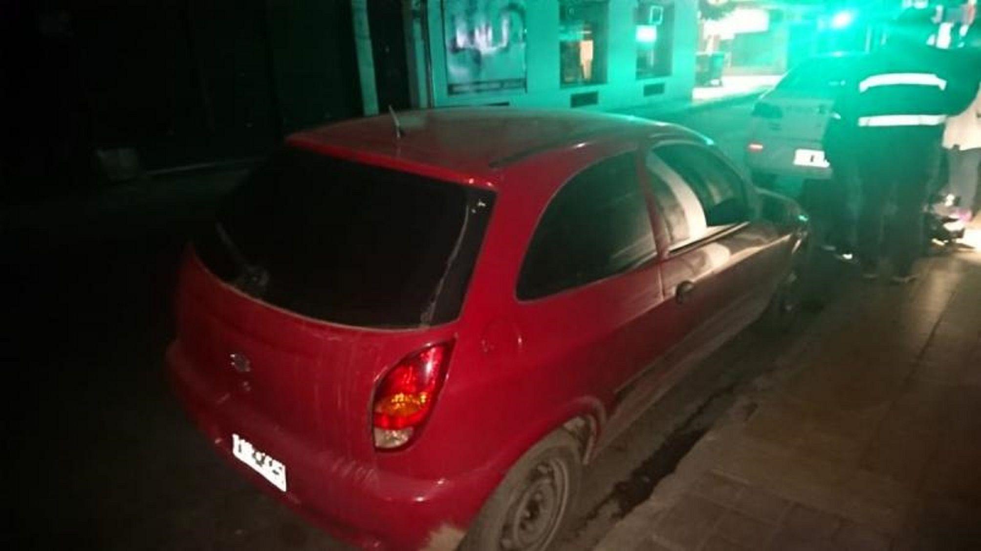 Les robaron el auto con los hijos dentro, se les quedó en la fuga y les pidieron a los chicos que empujaran