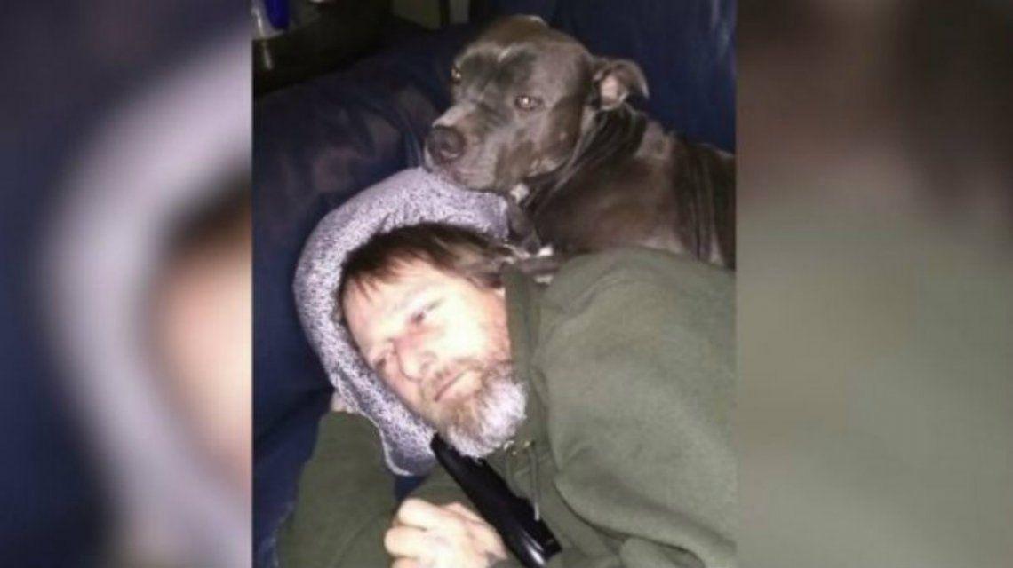 El hombre de 48 años siempre vivió rodeado de perros
