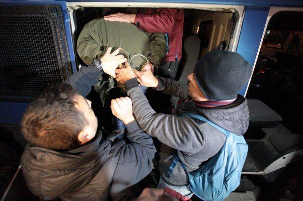 Así trasladaban a uno de los seis detenidos<br>