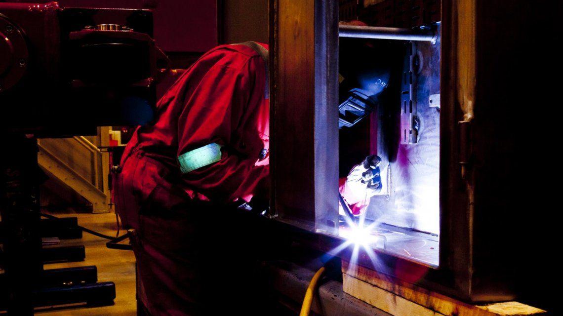 Según la UIA, la industria se desplomó un 8,4% en junio