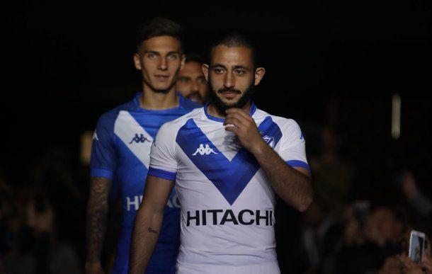 El Mono Vargas con la nueva camiseta del Fortín (Foto: prensa Vélez)