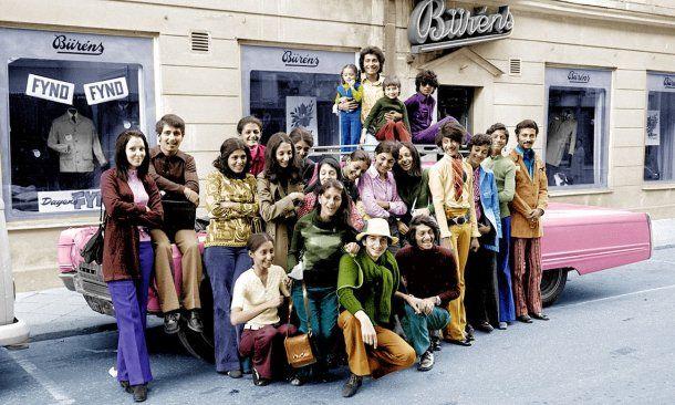 Osama Bin Laden con sus hermanos. Es el seguno desde las derecha con remera verde.<br>