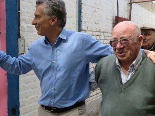 Mauricio Macri con jubilados durante la campaña