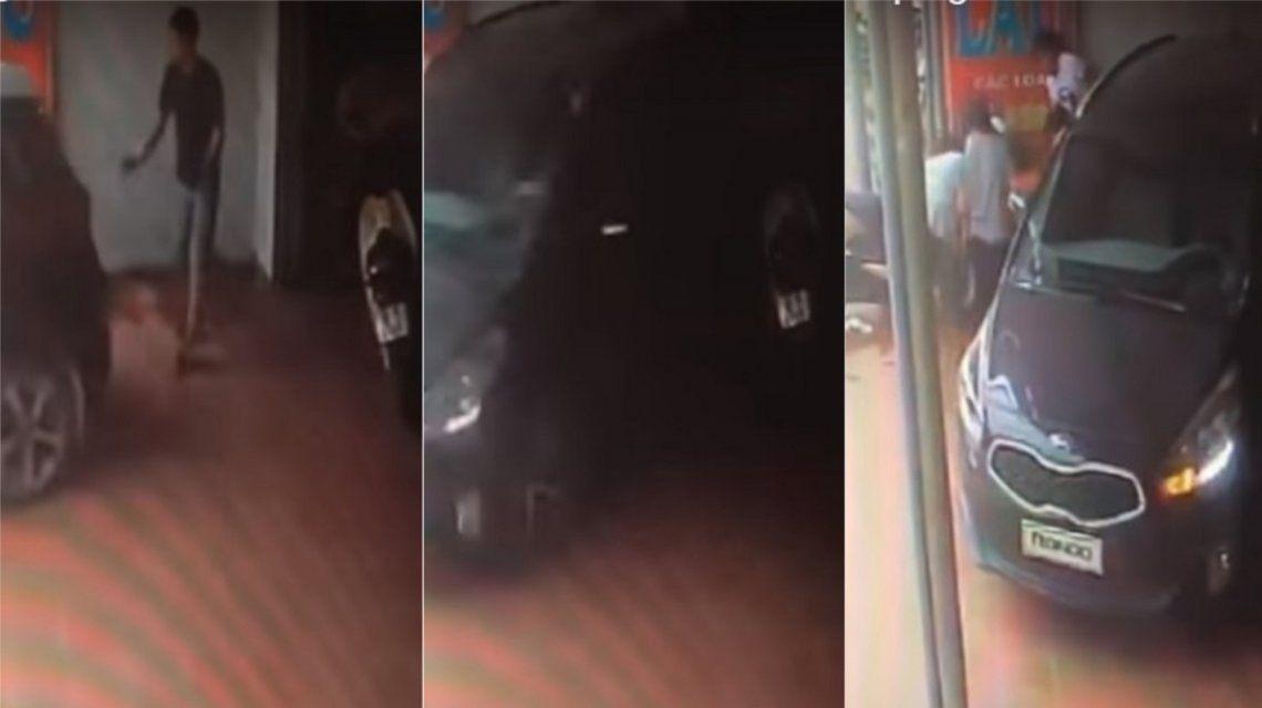 Ayudaba a estacionar y lo atropelló el auto
