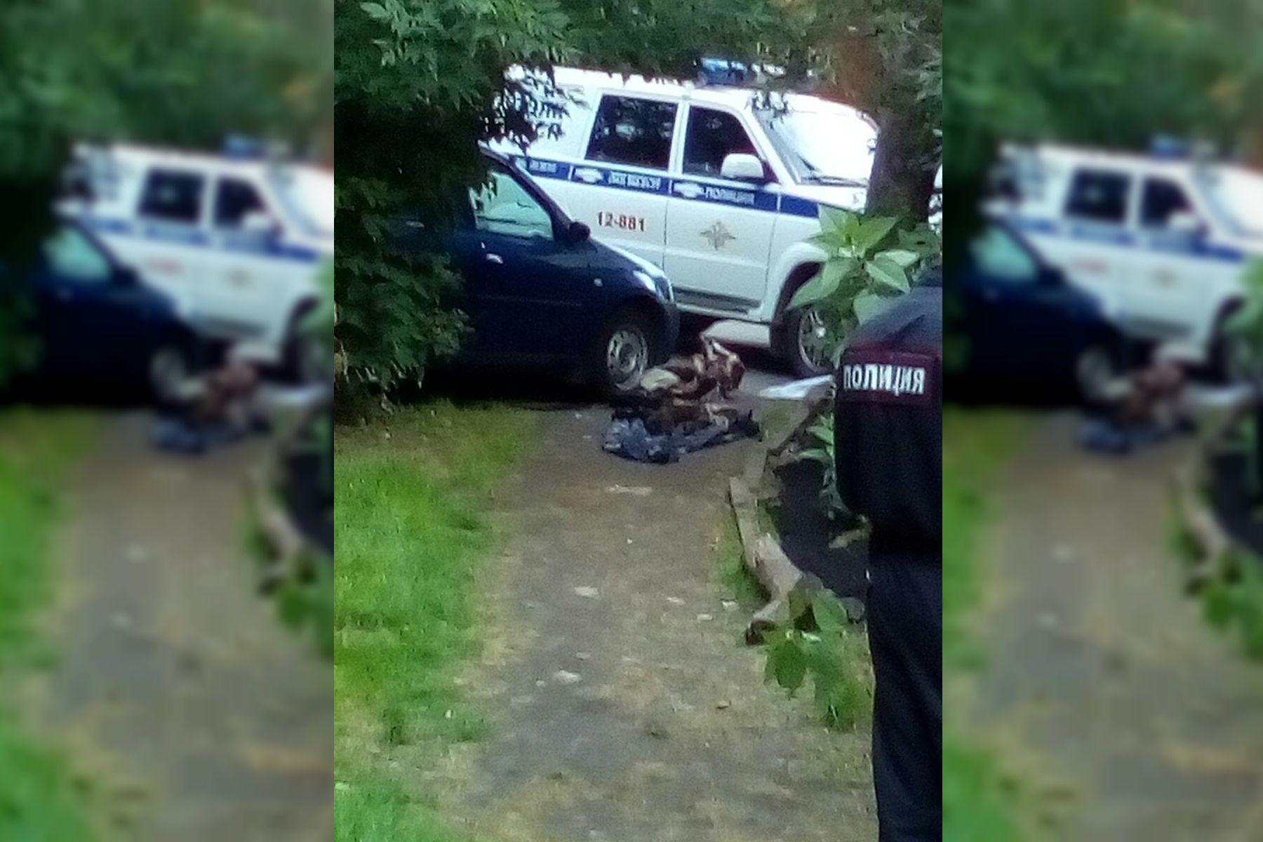 Rusia: una mujer arrastró el cuerpo de su marido hasta un patio donde había chicos jugando