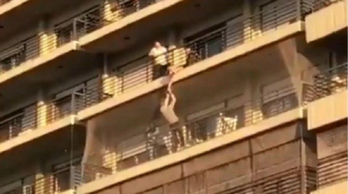 Habló el papá del nene que quedó colgado del balcón: Fue negligencia mía